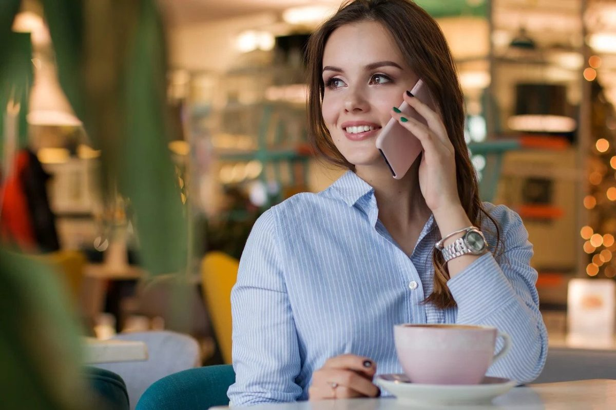 woman engaging in conversational commerce on her mobile phone